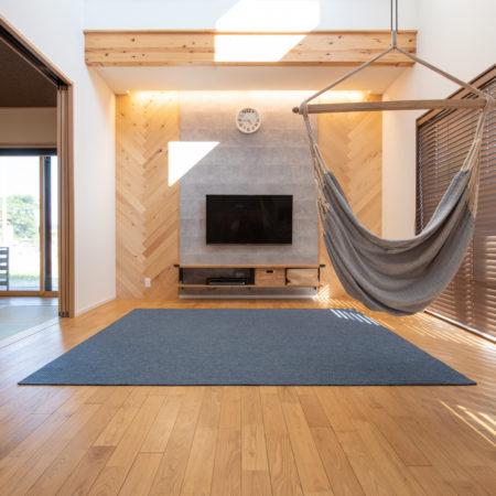 L字型ウッドデッキや無垢材がなす、木を感じる家