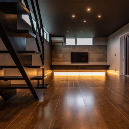 開放的ウッドデッキ空間を囲む大人リビングの家